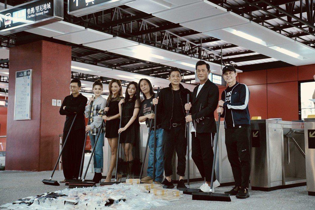 「掃毒2」劇組在新打造的地鐵站場景,把地上毒品垃圾清除,象徵掃毒行動正式開啟。圖...