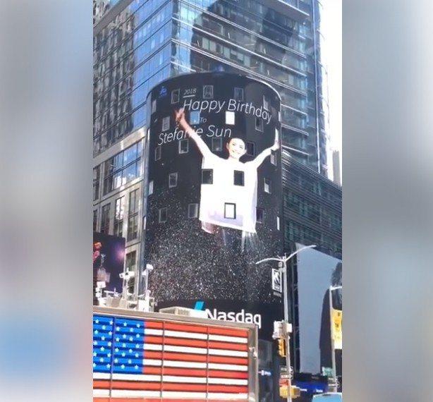 歌迷買下紐約時代廣場的電視牆播放時段,替孫燕姿慶生。圖/摘自臉書