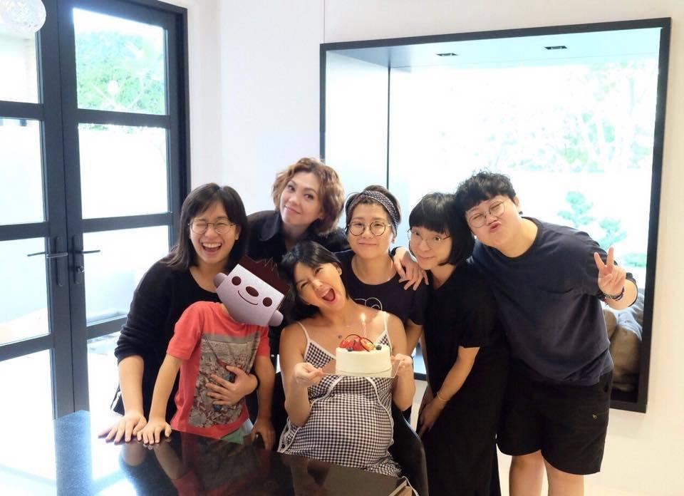 孫燕姿(前排左二)和好友、納小子一起慶祝生日。圖/摘自臉書