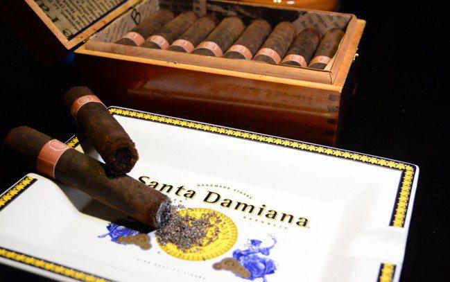 君品雪茄每盒8支1,880元、限量25組,即日起至8月3日前可預訂,需於取貨前3...