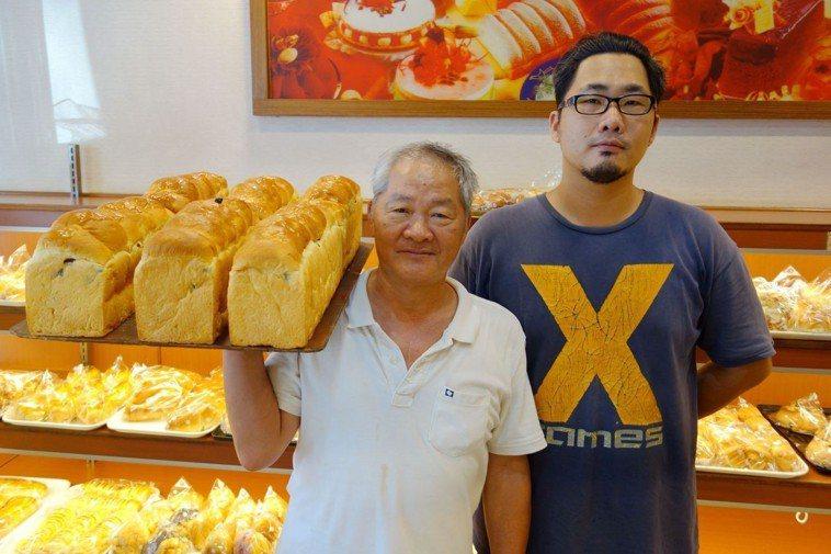 經營麵包店的吳永昌(左)經么子捐肝後重拾健康,一家人感情緊密,每天烘焙愛的麵包。...