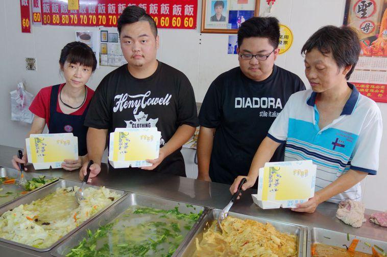 50歲的王木生(右一)和妻子經營自助餐生意,王木生說,感謝老天爺賜給他3個貼心的...