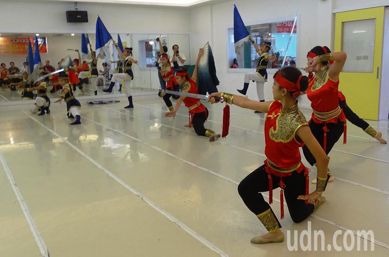 北京藝術家協會邀請團長游月說要帶領18名舞者7月29日到8月3日到北京,參加北京...