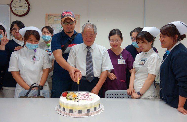 經營麵包店的吳永昌(中)經么子捐肝後重拾健康,他也是慈濟醫療志工,常送蛋糕為護理...