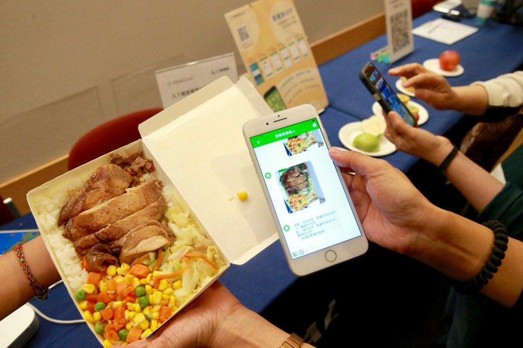AI機器人從照片辨識食物成分,判讀熱量,進行營養分析與飲食建議。記者黃義書/攝影