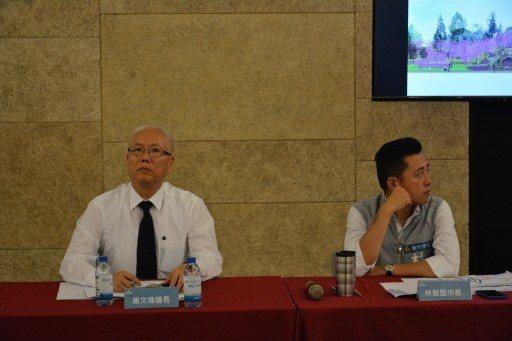 新竹市議長謝文進(左)與新竹市長林智堅(右)曾在市政考察會議同桌,眼神未交集。 ...