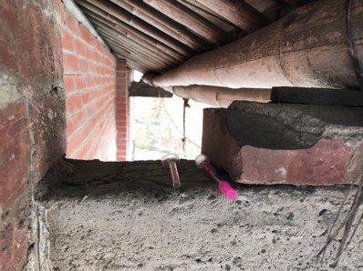 「掘地三尺」不是假,雲林一名毒品人口,他將毒品與吸食器藏於屋後果園地下與高梁上。...