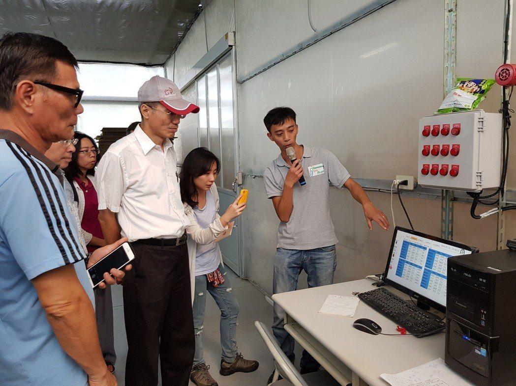 業者實際解說溫室控制系統資源整合。行政院農業委員會農業試驗所/提供