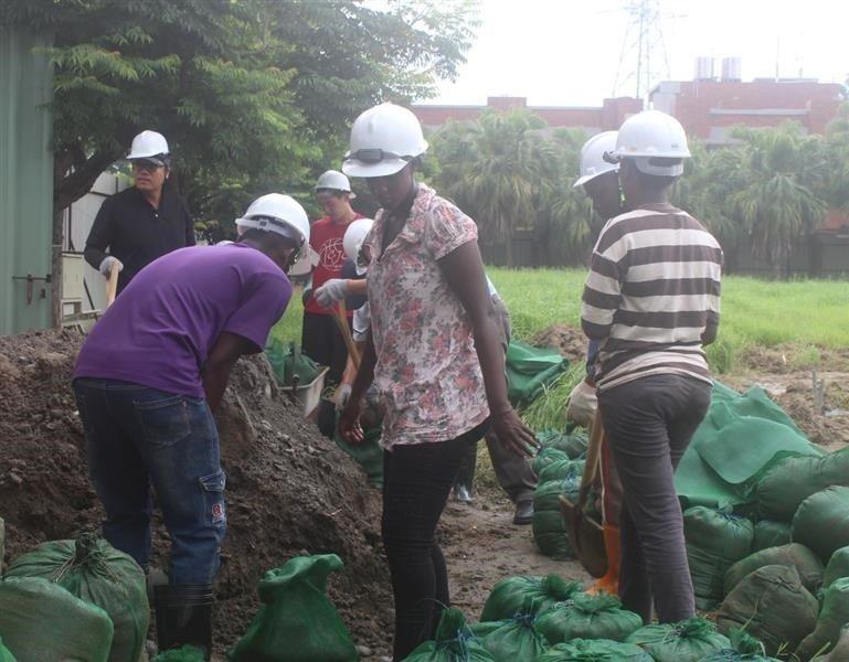 由長榮大學教職員生與社區民眾,共同參與協力造屋。 長榮大學/提供