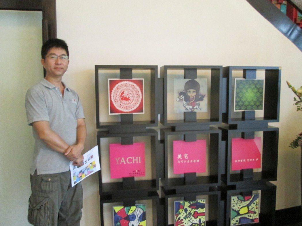 亞企董事長謝博清展示各式UV噴繪建材。莊智強/攝影