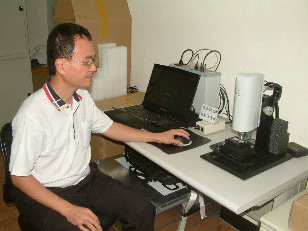 大慶科技儀器業務副總經理江文慶展示德國GBS 3D光學輪廓/粗度儀。莊智強/攝影