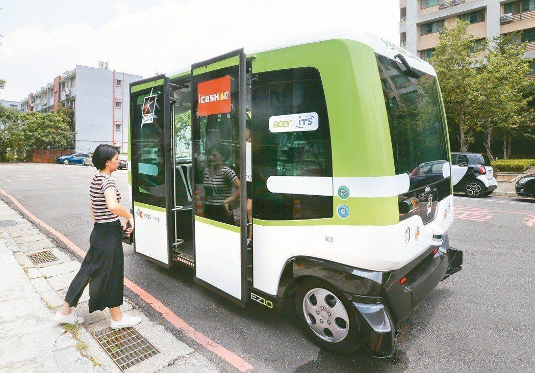 台大水源校區內,有一輛方盒般的電動小巴士,這是全台第一輛無人小巴EZ10。 記者...
