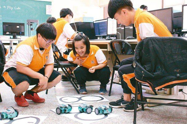 南投縣信義國中學生,從組裝機器人開始,一步步踏入AI世界。 關懷台灣文教基金會/...