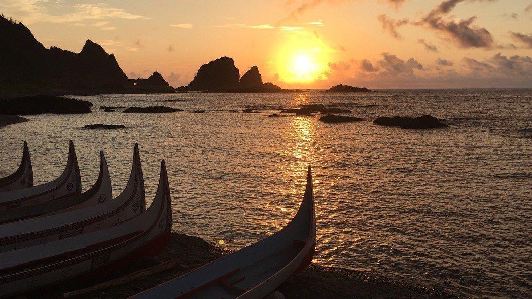 停滿拼板舟的港灣日出是蘭嶼著名景觀。記者洪安怡/攝影
