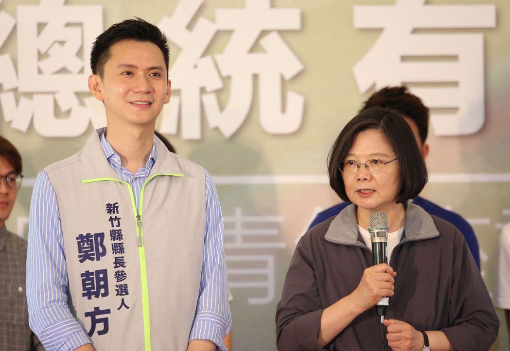 總統蔡英文(右)為新竹縣長參選人鄭朝方(左)造勢。 本報資料照片/記者郭宣彣攝影