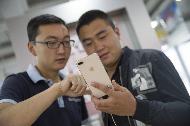 根據第三方測試數據,蘋果iPhone下載速度落後對手三星電子和谷歌的最新款智慧型...