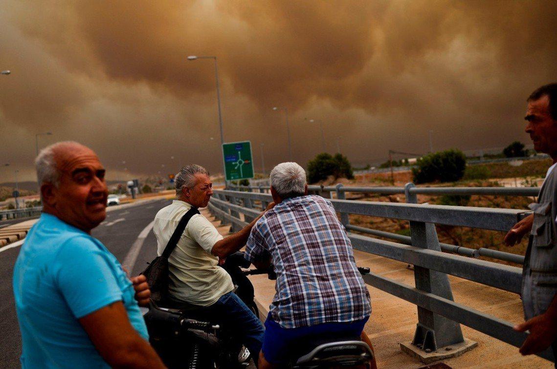 金內塔的高速公路因濃煙而封行。 圖/美聯社