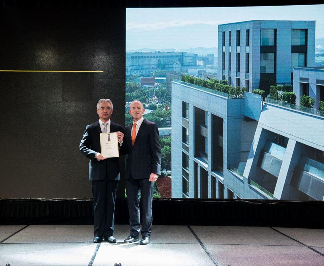 英國國際地產大獎主席Stuart Shield(右)於亞太區頒獎典禮,頒獎給福樺...
