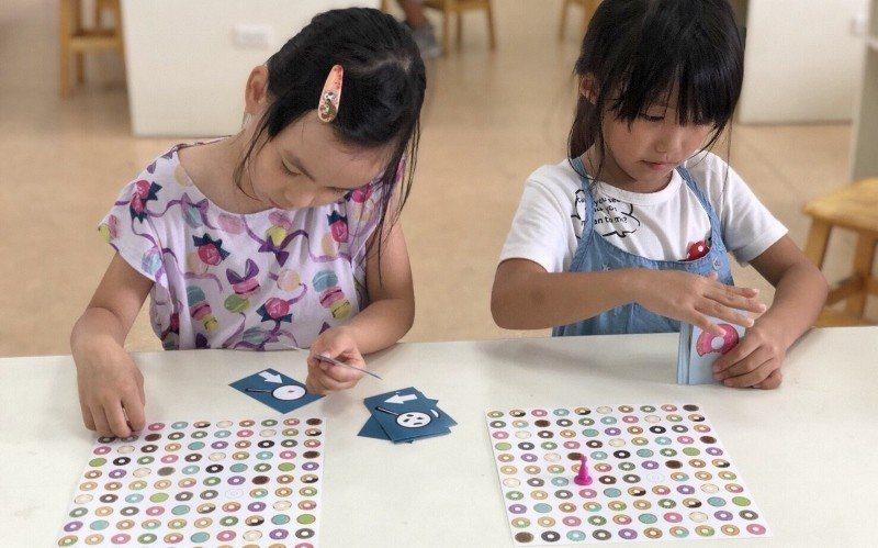 菁英魔法學院推出結合科學、科技的魔術教學課程,讓孩子覺得科學也可以很有趣。 業者...