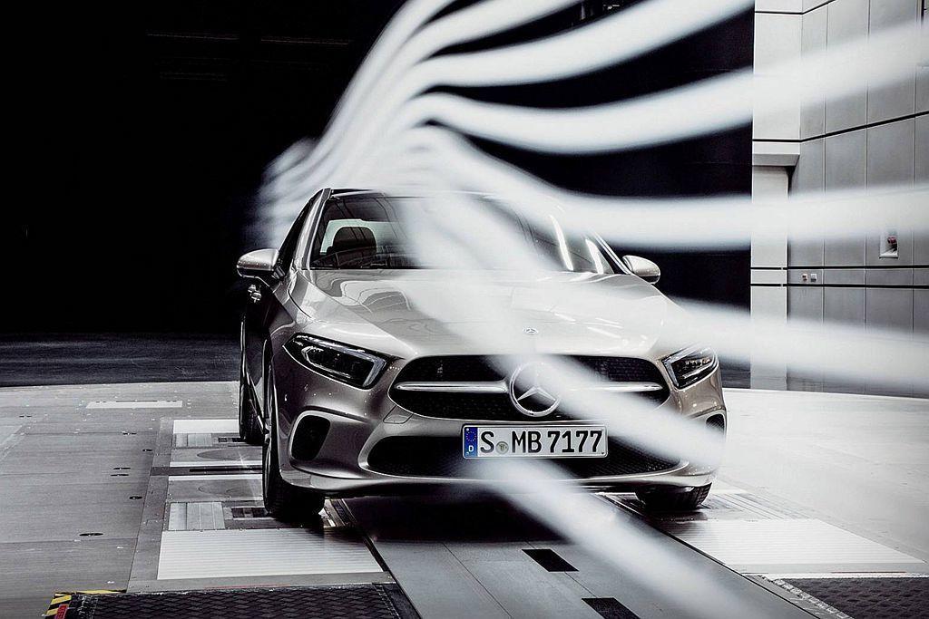 賓士為讓A-Class Sedan達到優異的0.22Cd風阻係數表現,包括引擎室、底盤隔板、保桿以及後下分流器等都經過精密設計。 圖/Mercedes-Benz提供