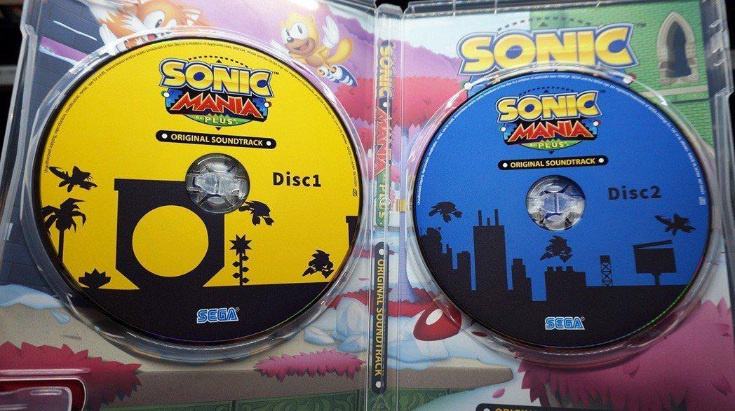 另外還附贈兩片CD,收錄遊戲中的音樂,就算不用玩遊戲也可以聽到遊戲中充滿動感的各...