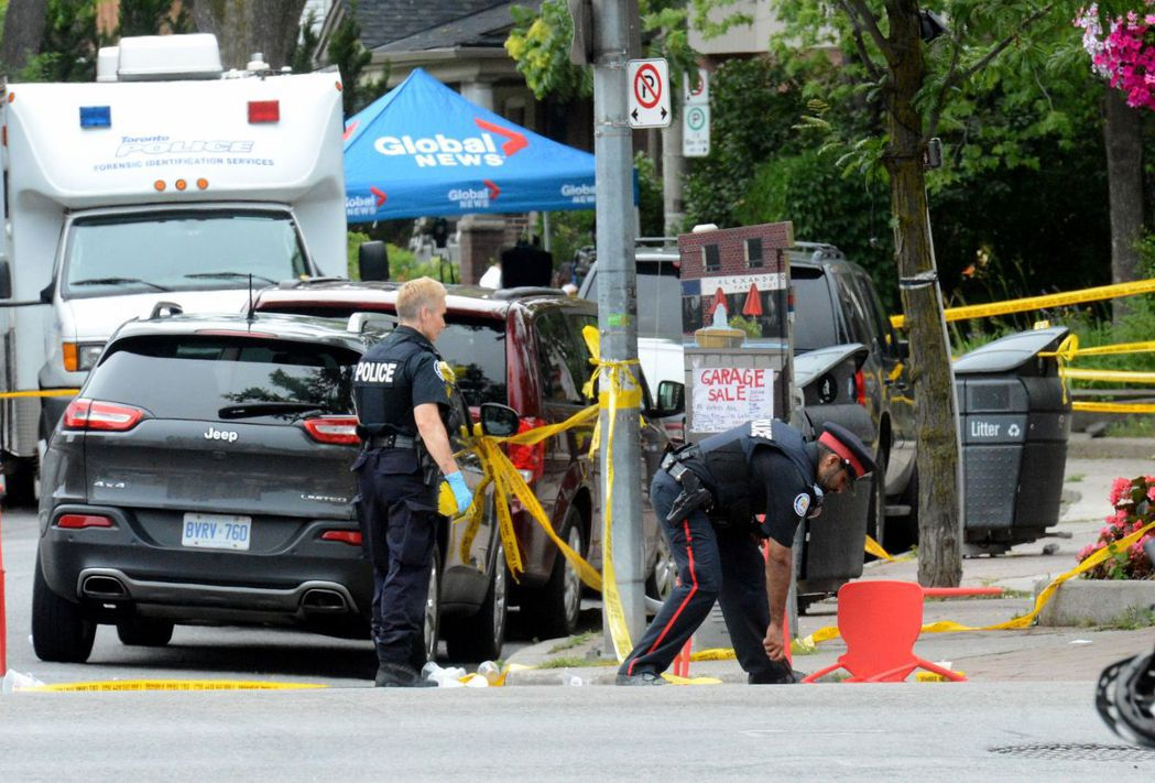 加拿大警方在多倫多槍擊案現場進行調查。法新社