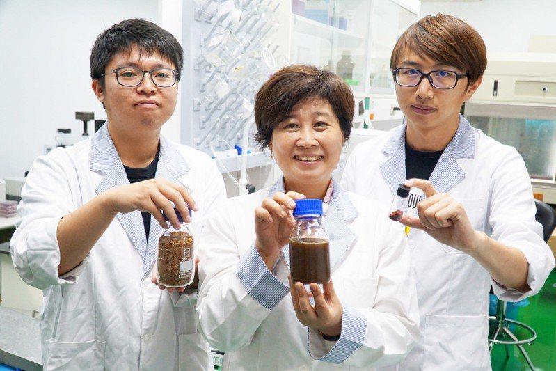 大葉大學食科系教授宋祖瑩(中)帶領學生研發,證實紅藜殼含有高量的多酚類,可開發成美妝產品。記者何烱榮/攝影