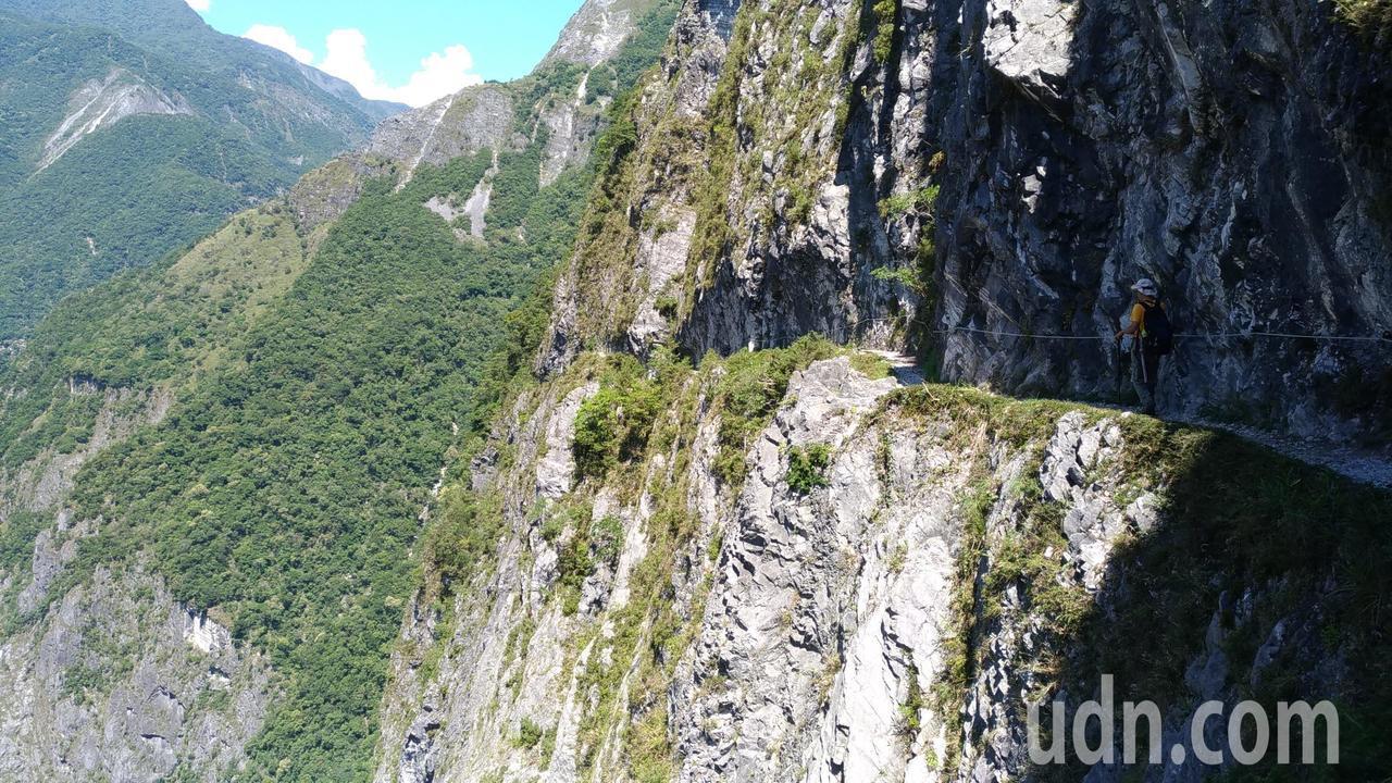 錐麓斷崖鑿闢於陡峭山壁之中。記者楊德宜/攝影