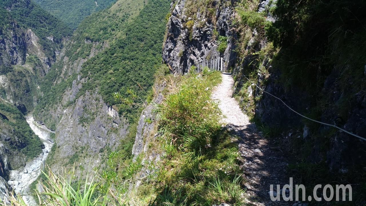 錐麓斷崖鑿闢於陡峭山壁之中,可俯瞰險峻的山壁以及深不可及的立霧溪。記者楊德宜/攝...