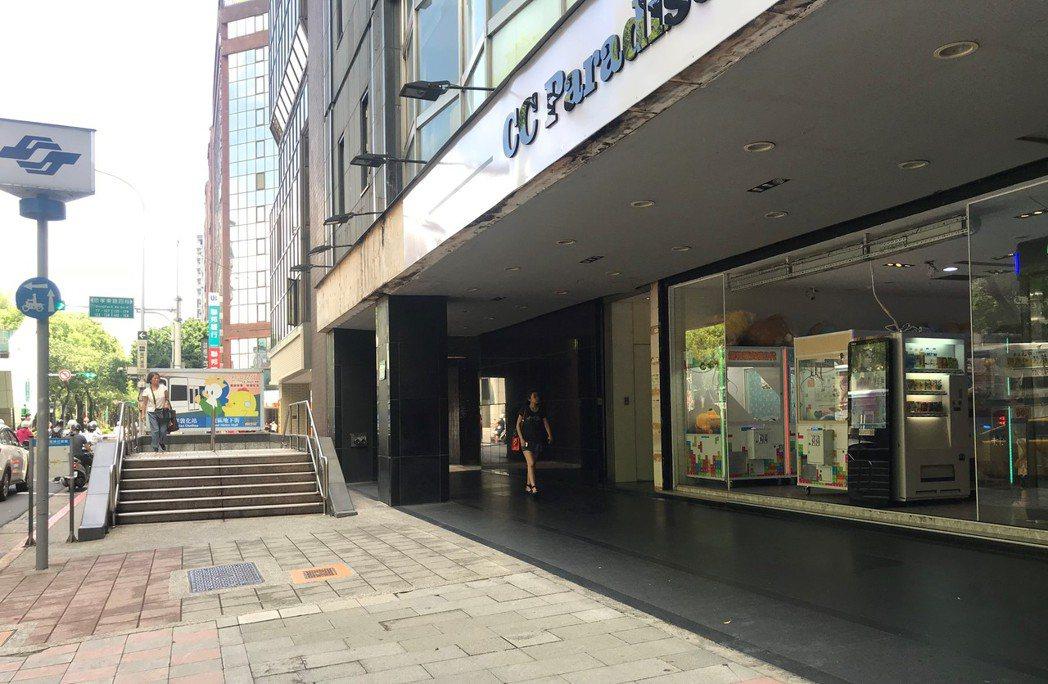 捷運忠孝敦化站出口娃娃機店。記者游智文/攝影