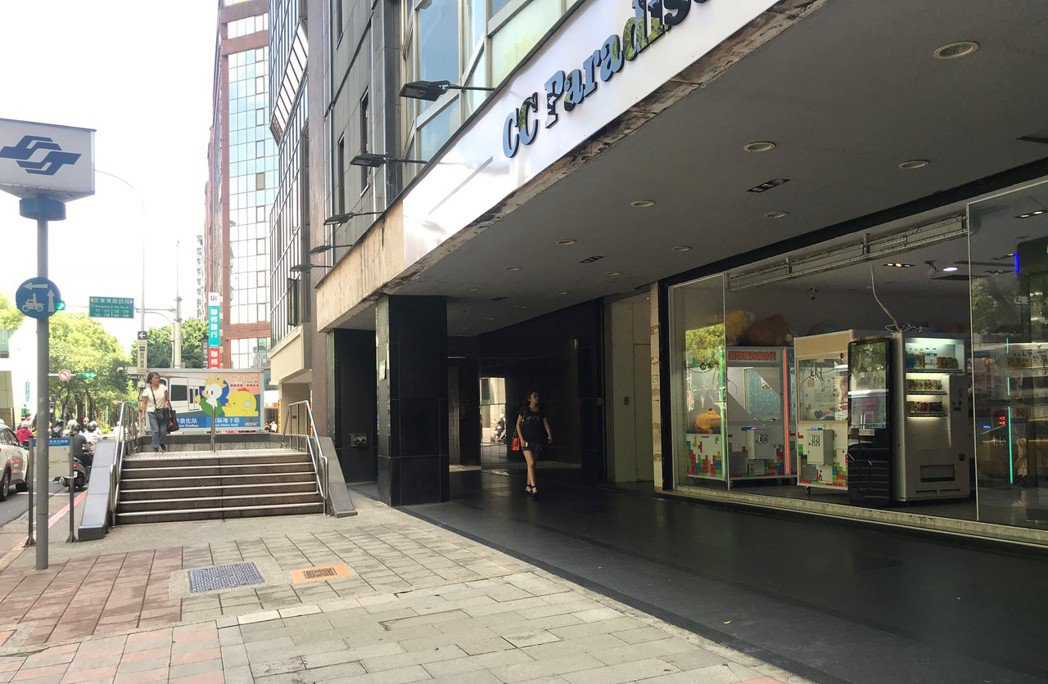 捷運忠孝敦化站出口娃娃機店。 記者游智文/攝影