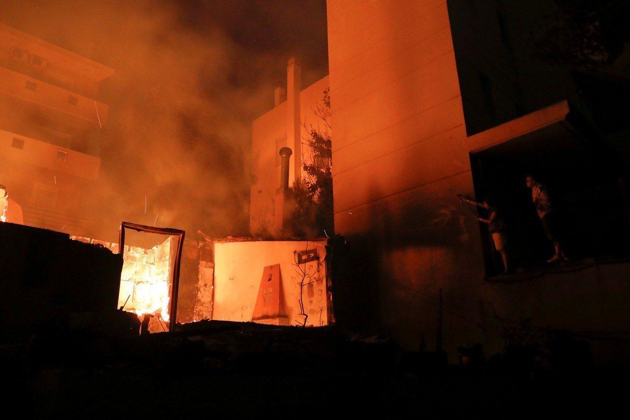 雅典附近的濱海小鎮馬蒂23日遭野火肆虐,救援人員在一間別墅找到26具屍體。路透
