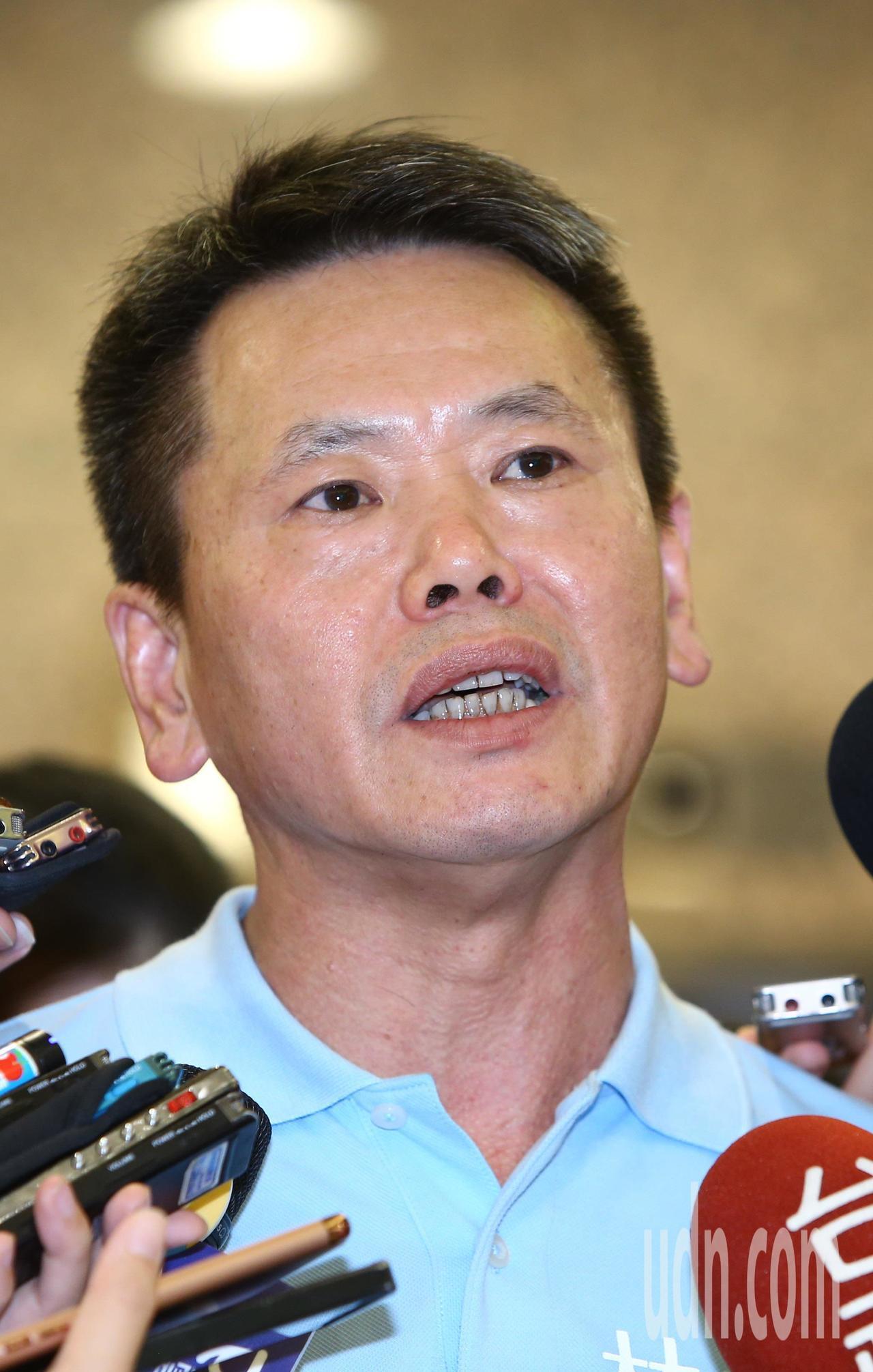 國民黨立委林為洲下午在立法院舉行記者會,宣布正式參選新竹縣長,記者會結束後他振臂...
