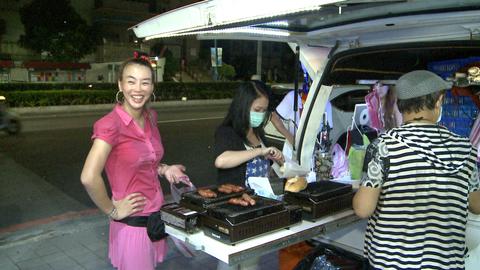 「法拉利姐」張婷婷23日在蘆洲最後一次販售「臭鮑魚香腸堡」,賣力從晚上7點賣到10點半,仍賣不完100多份的香腸堡。但她退出演藝圈心意已決,「鮑魚二妹」才紫榆、經紀人和好友Lisa幫她最後賣完這一攤...
