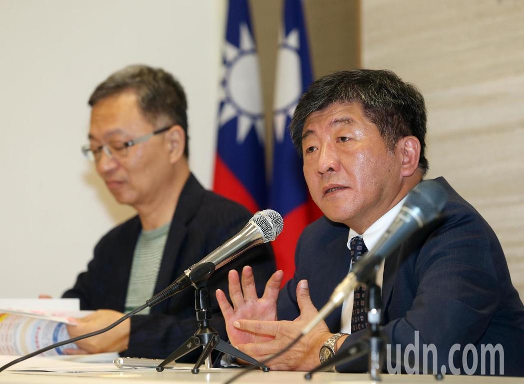 衛福部長陳時中(右)今親自公布長照2.0施政成果。 記者曾吉松/攝影