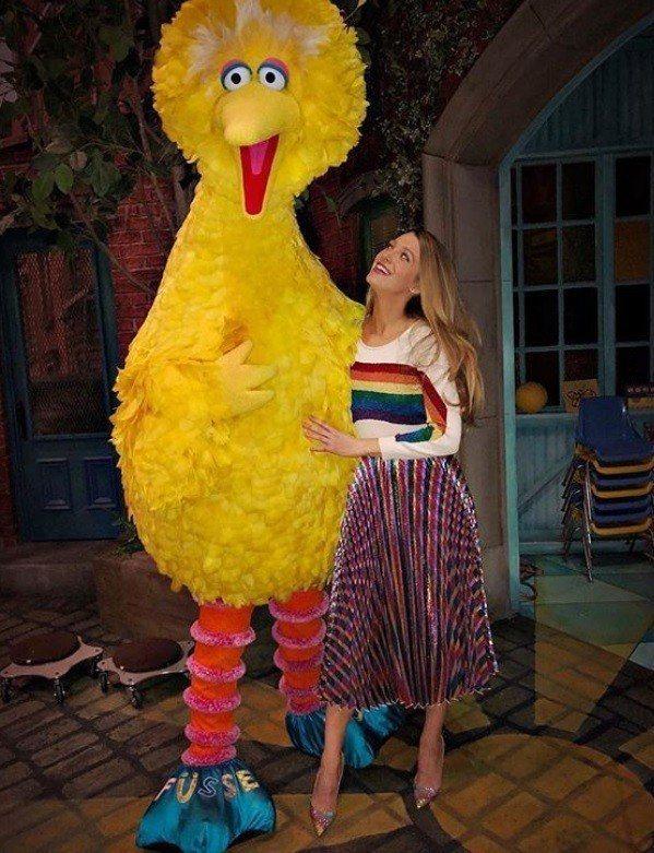 「花邊教主」女星布蕾克萊佛莉就曾以Gucci彩虹裙搭上Marc Jacobs的彩...