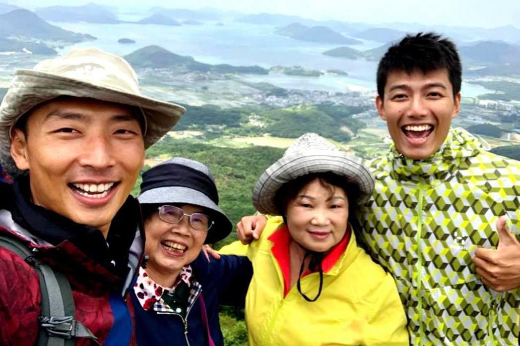 賴東賢和賴俊龍帶著阿嬤出外景。圖/三立提供