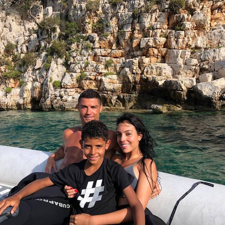 2018世足賽後C羅和女友Georgina Rodriguez與兒子前往希臘度假...