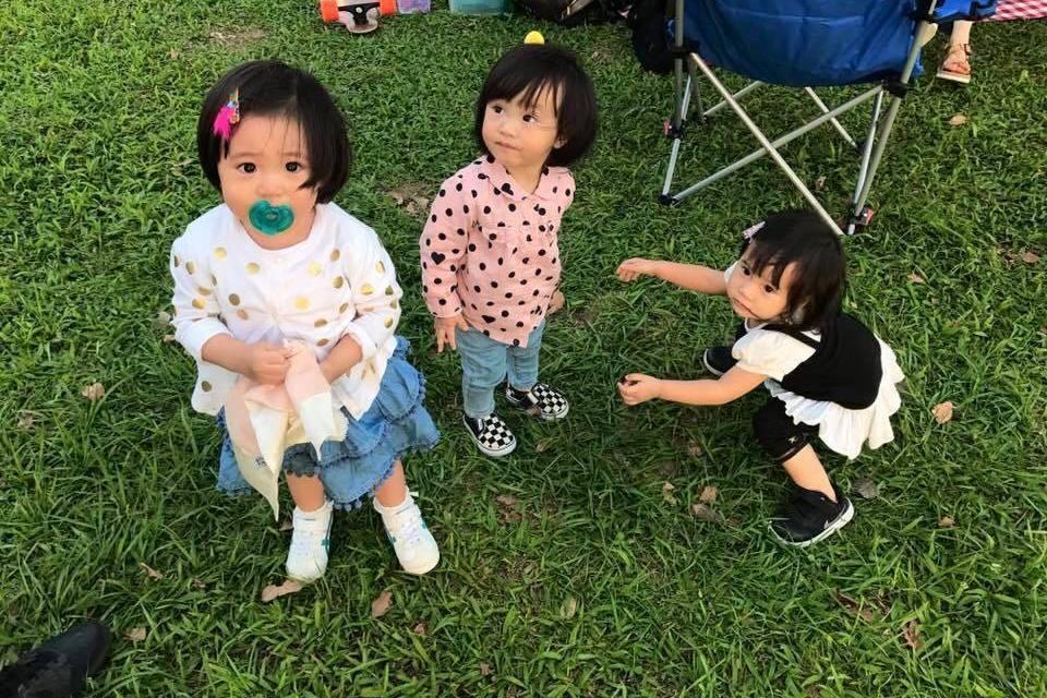 咘咘(左起)、Jojo、Mia被爸媽們組成「咘啾咪」女子組合。圖/摘自臉書