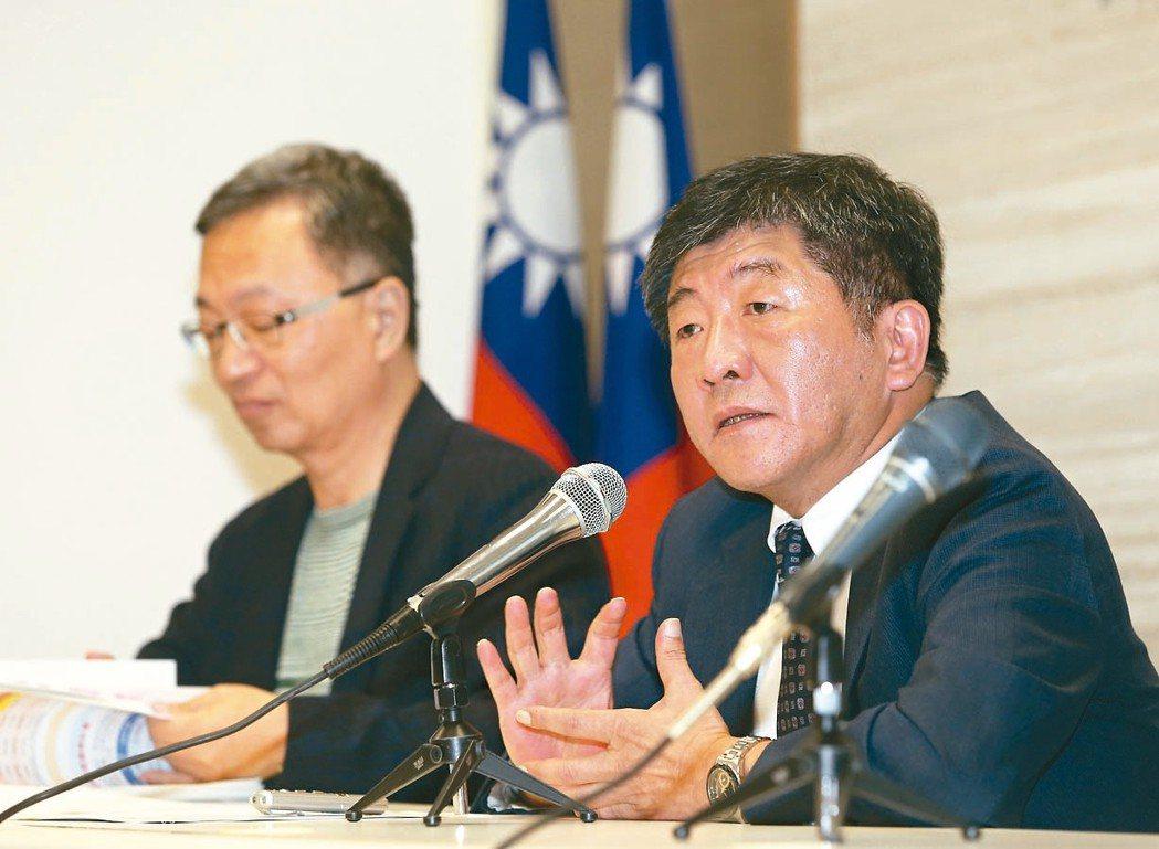 衛福部長陳時中(右)表示,目前會給長照機構將近半年改善期,期望在十一月前照服員月...