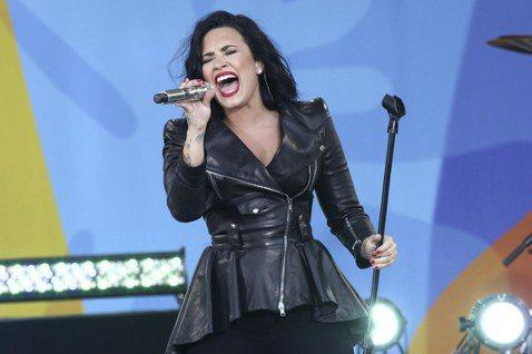 根據美國國家廣播公司(NBC),25歲美國女流行歌手黛咪洛瓦特(Demi Lovato)24日在洛杉磯家中被發現疑似因吸毒過量昏迷不醒,隨即送往洛杉磯醫院急救。消息來源表示,黛咪洛瓦特目前狀況雖緊急...