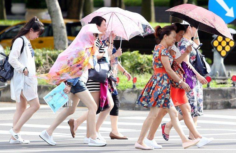 陽傘是最直接簡單的防曬工具。 圖/聯合報系資料照片