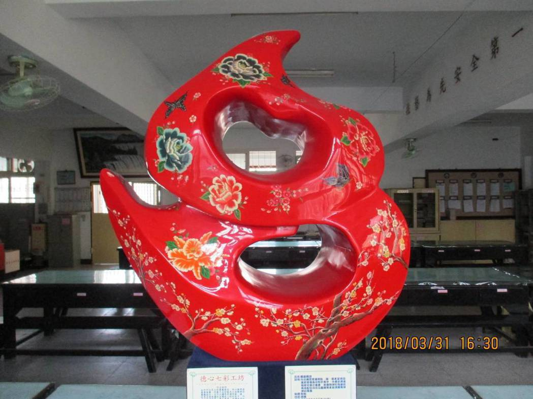 台中監獄「才藝舍坊」漆器班,學員所創作的「鳳凰蝶語」價格為十五萬元,是中監目前漆...