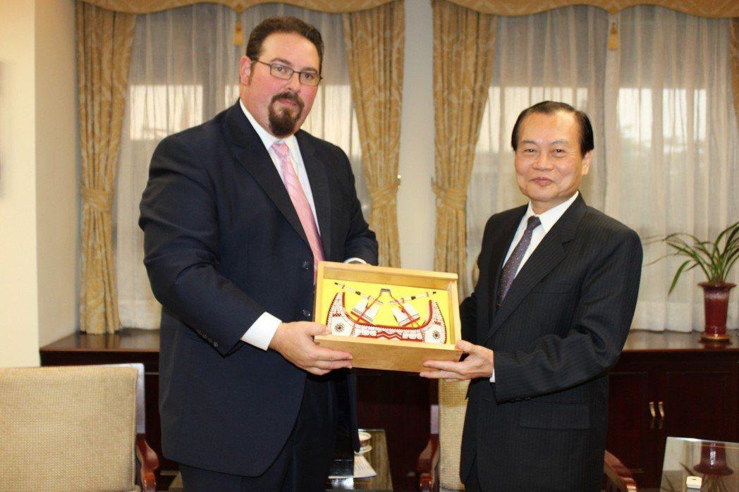 2010年11月,法務部長曾勇夫(右),贈送美國國務院監督及打擊人口販運處大使L...