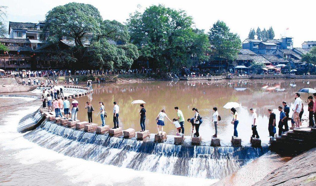 遊客遊柳江古鎮。