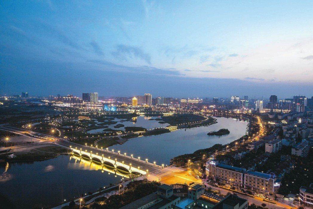 夜色下的東坡城市濕地公園,安祥寧靜。 圖/本報四川眉山傳真
