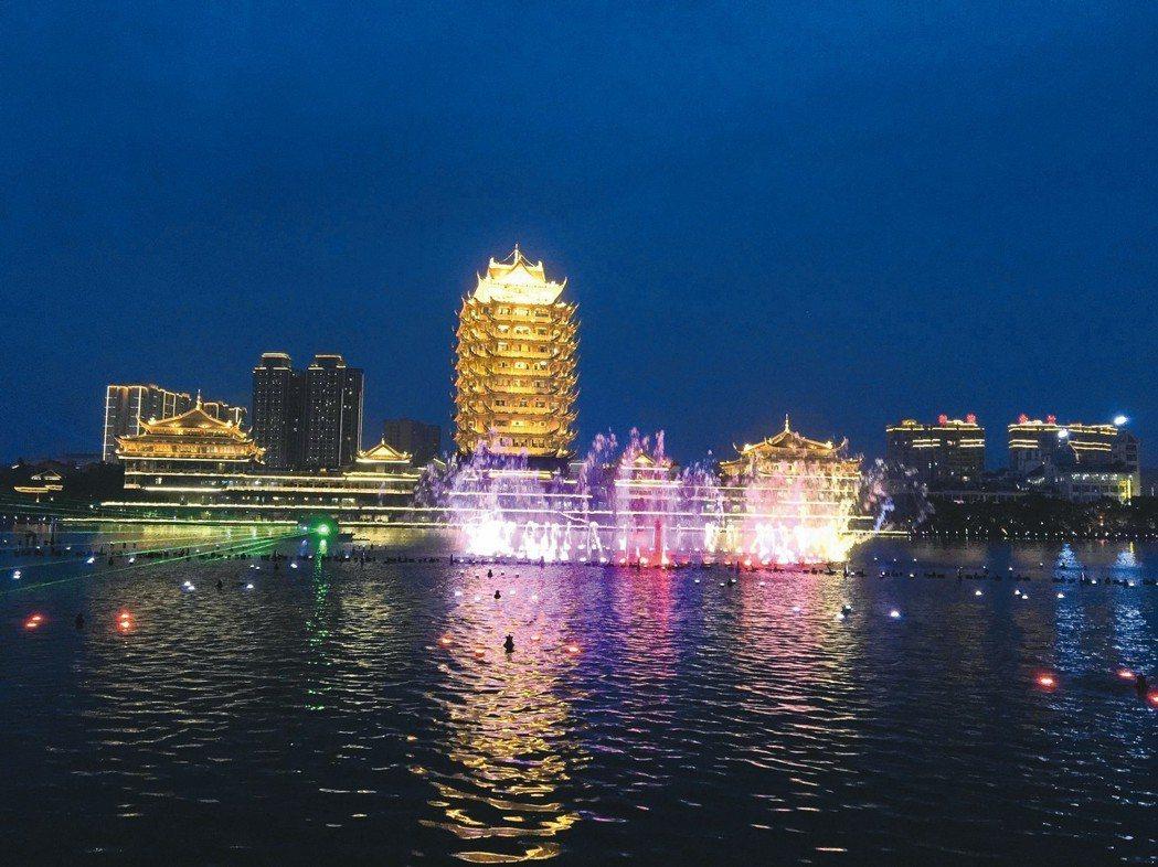 壯觀靈動的水舞,與絢麗的遠景樓景相映成輝。