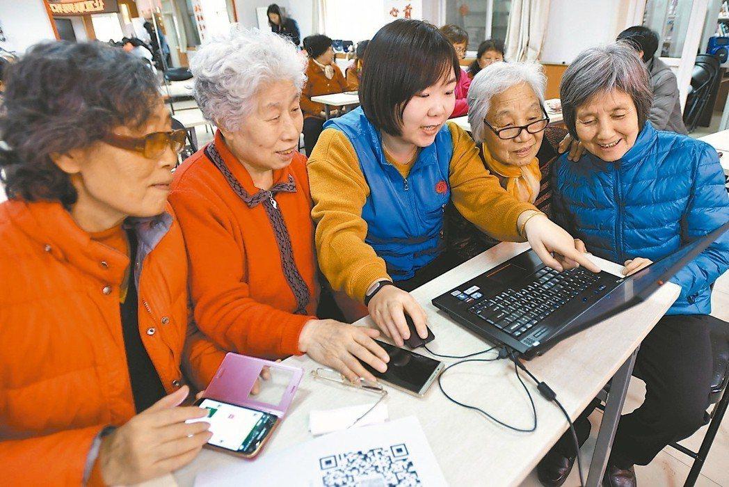 調查顯示,大陸40歲以上民眾也開始融入網路世界。 (新華社)