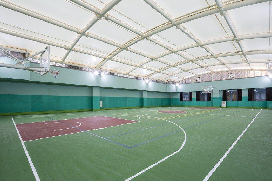 哈洛徳規劃630坪全市內空間,擁有竹北唯一全場室內籃網球場,健身房、視聽室、游泳...