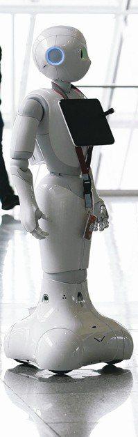 AI改變人類生活模式,Pepper機器人在德國慕尼黑機場服務旅客。 路透